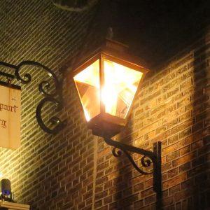 Buitenlamp gefotografeerd bij nacht.
