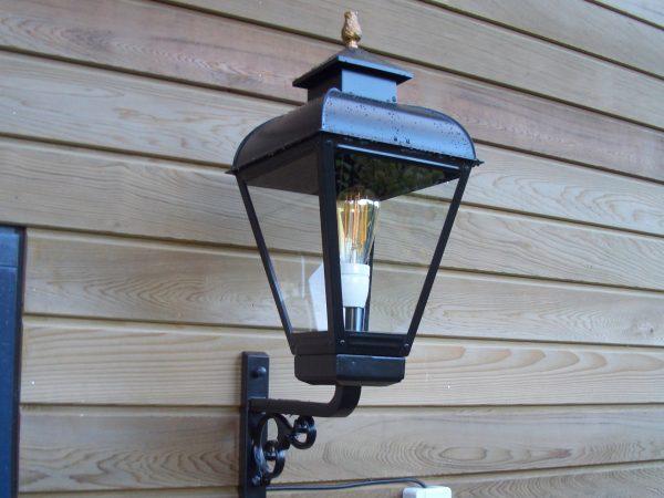 Buitenlamp exclusief op een houten wand