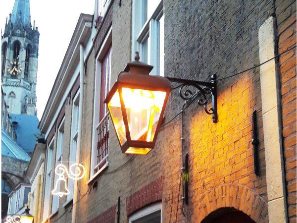 Buitenlamp in een oude binnenstad in de buurt van de kerk