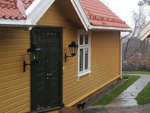Buitenlamp aan een noors huis, heel mooi afgestemd