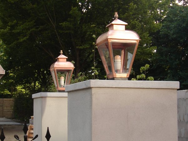 Buitenlamp op poort koloniale stijl