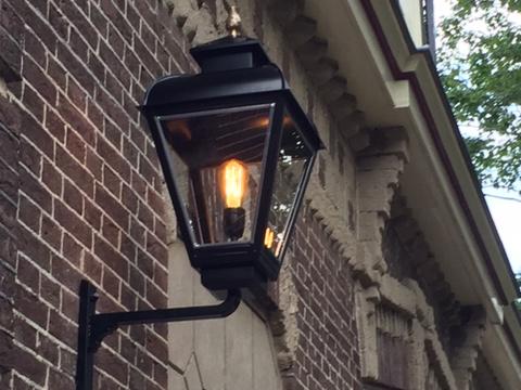 Buitenlamp op eenvoudige muursteun