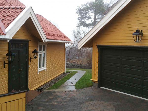Buitenlampen aan een houten huis