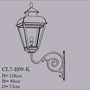 Koperen buitenlamp op een smeedijzeren muursteun