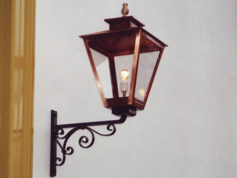 Grote lamp op muursteun