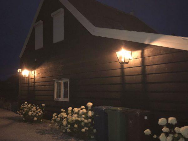 Mooie grote buitenlampen bij nacht gefotografeerd.