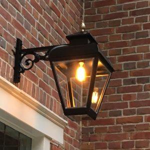 Buitenlamp hangend model geplaatst aan landhuis