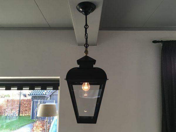 Een hanglamp aan ketting voor boven de tafel of in de gang