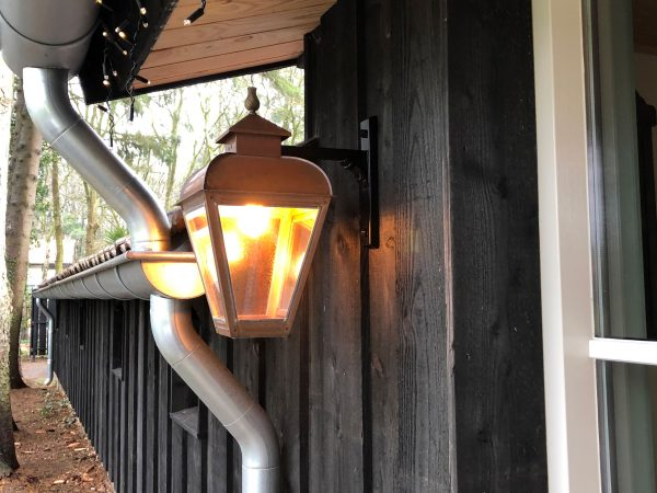 hanglantaarn aan een houten huis