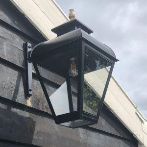 Grote Jan van der Heijden hanglamp aan een Potdeksel wand