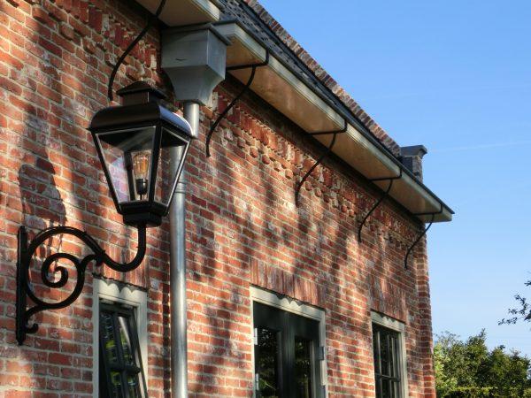 Jan van der Heijden buitenlamp aan monumentaal pand
