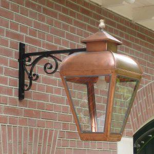 Buitenlamp aan een koetshuis of stal.