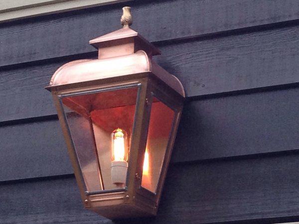 Wandlamp aan de schuur