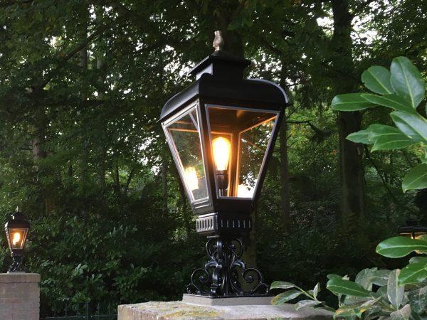 Buitenlamp op de entree pilaren. Mooi in het zwart RVS armatuur.