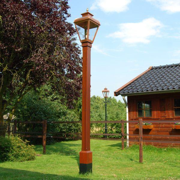 Authentieke vesting lantaarnpaal van hout. een lamp van vroeger