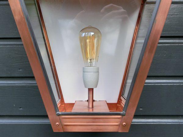 Detail van de grootste koperen wandlamp van Luna Maison