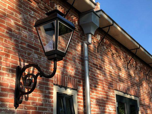 Buitenlamp nostalgisch aan een schitterende replica van een noord hollandse polderboerderij