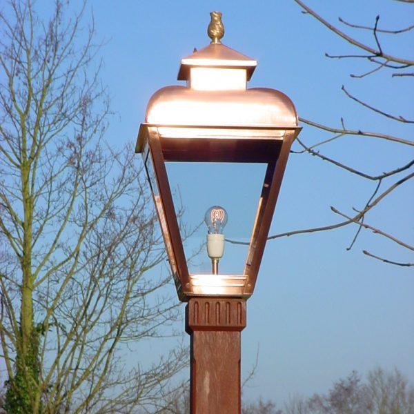 Nostalgische lamp op mast