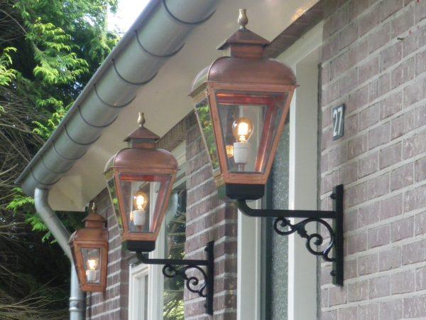 Bronzen vlam bovenop deze mooie buitenlampen