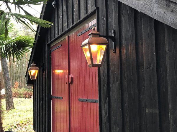 Stallamp naast de deur van een schuur