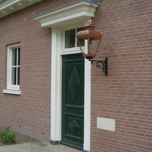 Buitenlamp op handgesmeede muursteun
