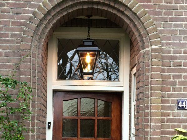 Buitenlamp aan ketting voor onder de overkapping, nis, of de veranda.