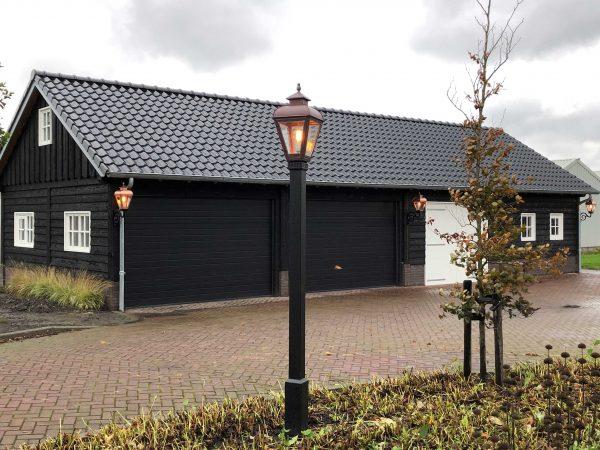 Een garage met exclusieve buitenlampen