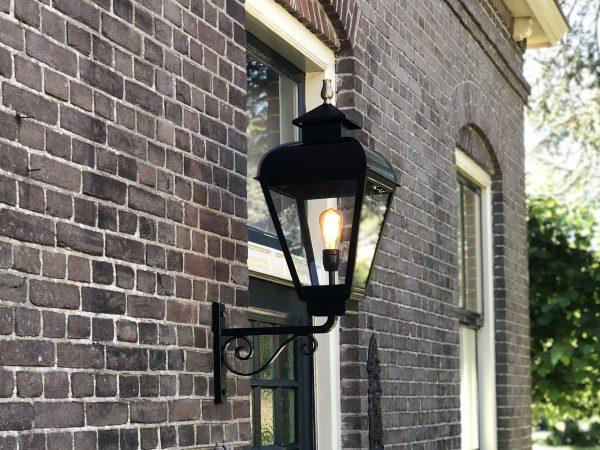 Buitenlamp zoals deze vroeger gemaakt zou zijn met de techniek van nu.