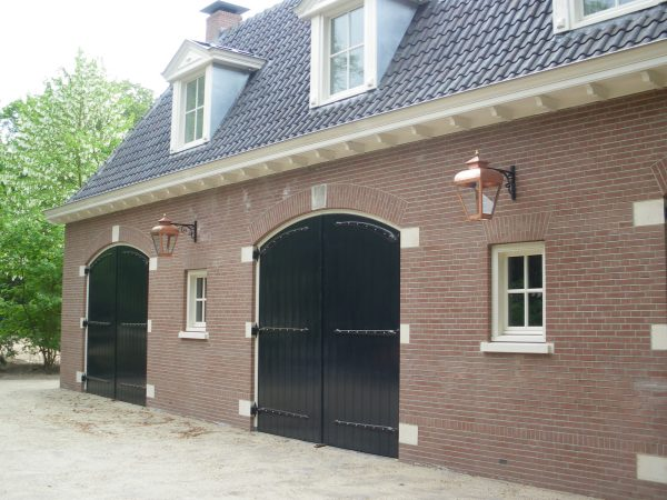 Buitenlamp voor een huis in een vesting of binnenstad.