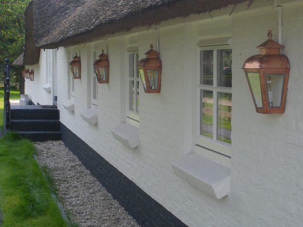 Wandlampen onder het dakoverstek