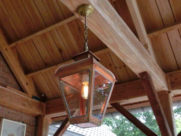 hanglamp onder houten veranda