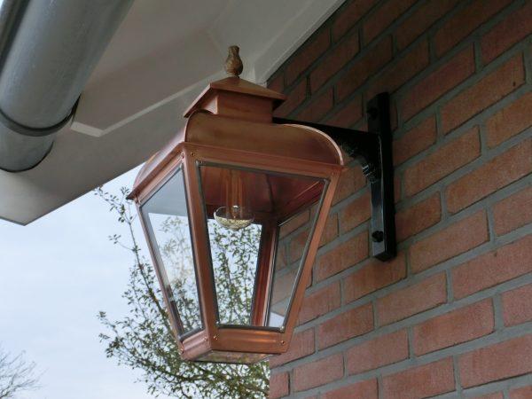 Hanglamp gevel mooi van koper onder het dakoverstek