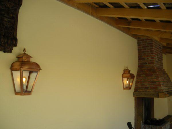Lampen aan de muur van een sfeervolle stijlvolle veranda