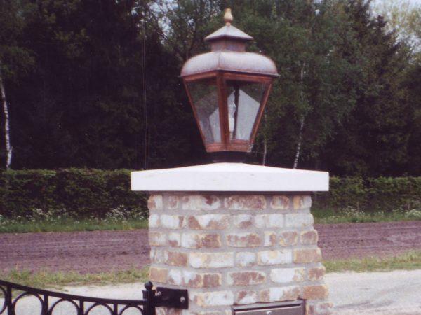 Poort lamp op natuurstenen plaat