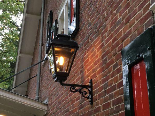 Lamp voor een monument welke oude tijden doet herleven.