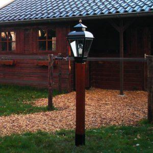 kleine RVS lamp op een houten paal