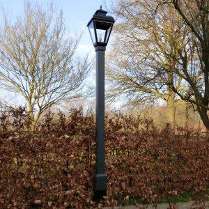Lantaarnpaal exclusief in hout, met metalen voet in de grond. RVS armatuur.