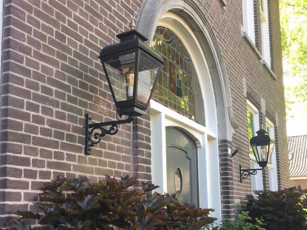 Monumentenverlichting hier aan een vormalige basisschool.