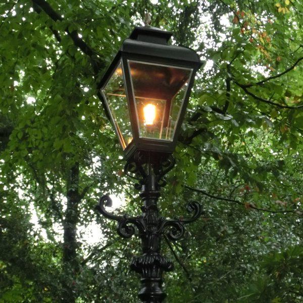 tuinverlichting op gietijzeren mast