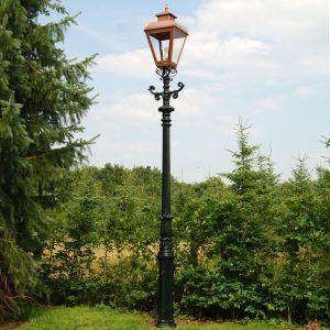Nostalgische lantaarn op een mast in de tuin. sfeervolle tuinverlichting