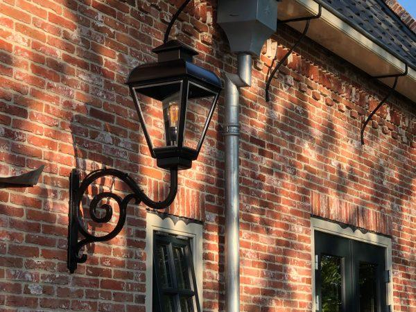 authentieke buitenlamp aan monumentaal pand