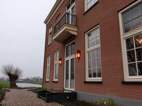 Koperen wandlampen aan villa