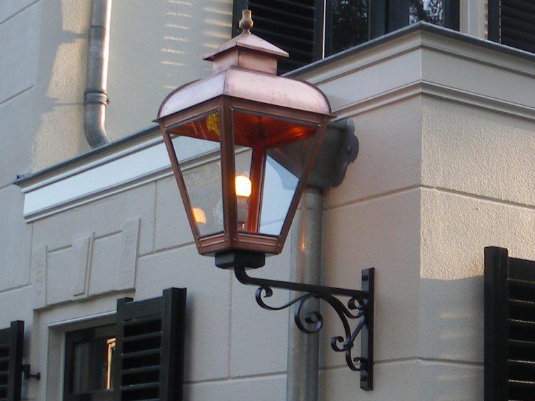 Grote buitenlamp aan momumentaal herenhuis