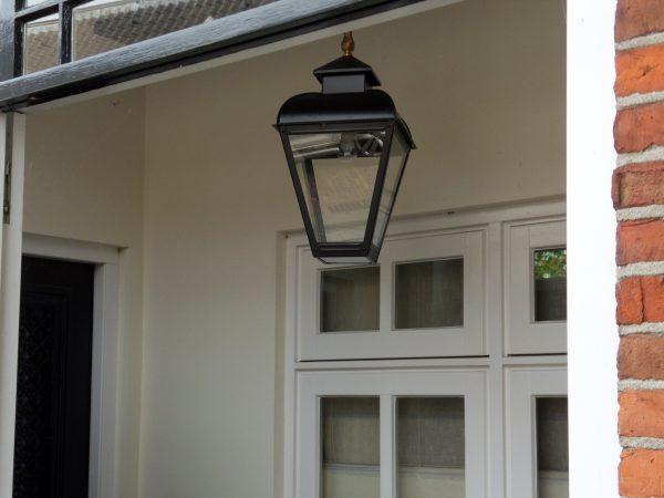 Hanglamp aan ketting voor buiten in een nis of portiek