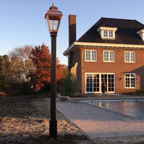 tuinverlichting in de achtertuin van een villa / notariswoning