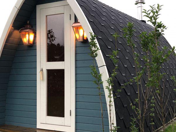Wandlamp aan een tuinhuis, trekkershut, of sauna. Heel sfeervol.