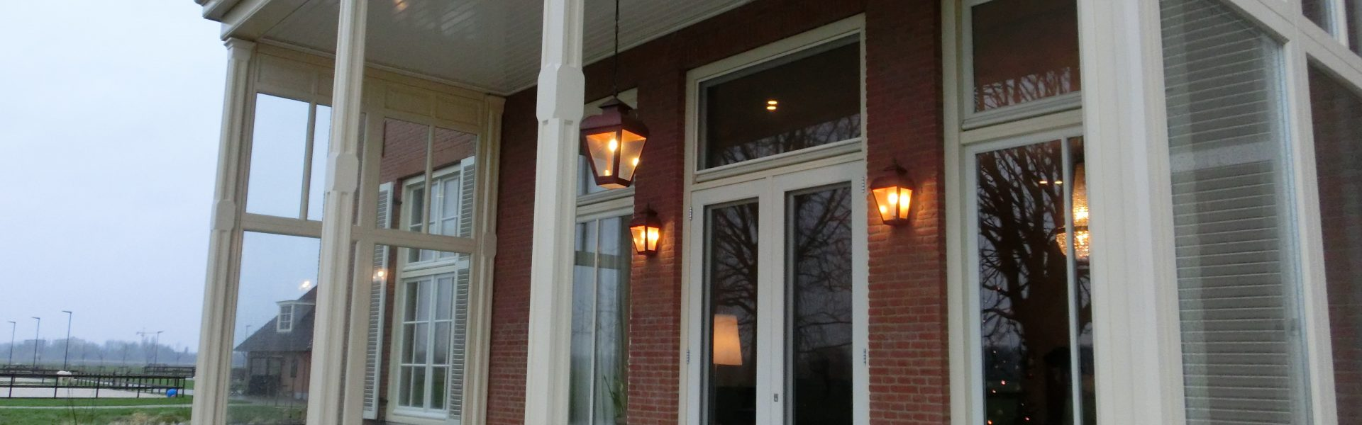 Mooie buitenlamp aan ketting voor onder de veranda