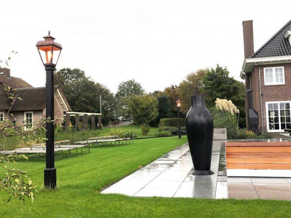 Een echte stijlvolle lantaarnpaal die de tuin mooi verlicht
