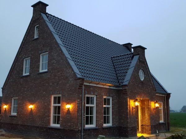 Een huis sfeervol verlicht met buitenlampen van Luna Maison