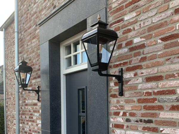 Buitenlamp aan een huis dat onder architectuur gebouwd is.